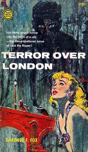Paperback, Gold Medal Books 1957. ...The blood-spattered name of Jack the Ripper. Bemærk det fine samspil mellem blonde Suzy i forgrunden og den sorte morder med de onde øjne i baggrunden. Smukt
