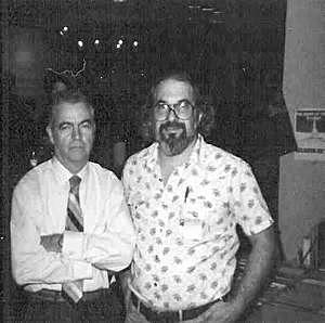 Til højre Joseph Payne Brennan (20. december 1918 – 28. januar 1990). Til venstre forfatteren Robert Weinberg
