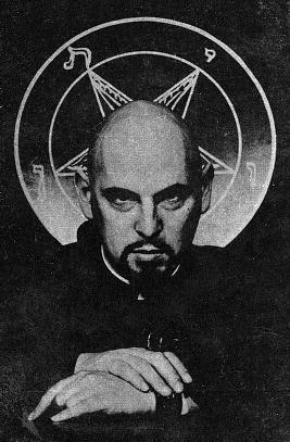 Anton Szandor LaVey (11. april 1930 – 29. oktober 1997). Den berygtede satanist, kirkestifter og en af Daniel Logans vigtige fjender