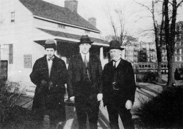 Frank Belknap Long, H. P- Lovecraft og James F. Morton, 11. april 1922, fotograferet forn den såkaldte Poe Cottage i Fortham, New York