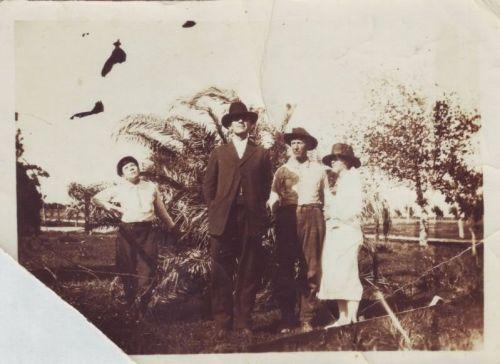 Robert E. Howard med sin nærmeste familie. Billedet er taget i februar 1918