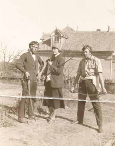 Robert Howard og vennerne leger med sværd. Billedet er taget ml. 1923 og '25