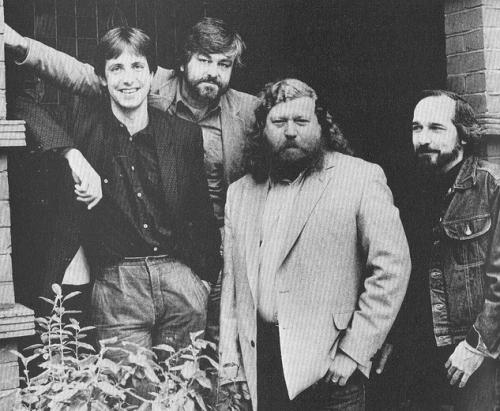 All the young dudes... Fra højre mod venstre: Clive Barker (født 5. oktober 1952), Dennis Etschison (født 30. marts 1943 ), Karl Edward Wagner (12. december 1945 – 13. oktober 1994) og Charles L. Grant (12. september 1942 – 15. september 2006)