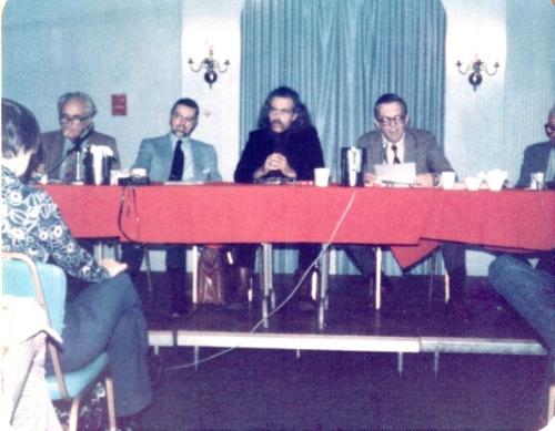 Et fabelagtigt panel (fra venstre): Fritz Leiber, L. Sprague deCamp, Harry Beckwith (der bliver kidnappet i romanen, Willis Conover og yderst kan man lige se lidt af Frank Belknap Long