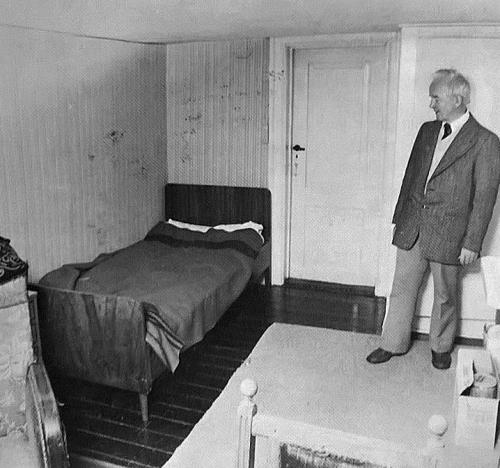 Paul Lund i værelset, hvor det liderlige spøgelse driver sit uvæsen