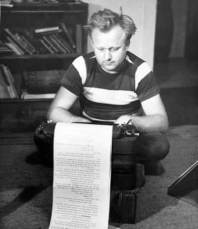 En meget ung Frank Herbert (8. oktober 1920 – 11. februar 1986) ved tasterne i 1950'erne
