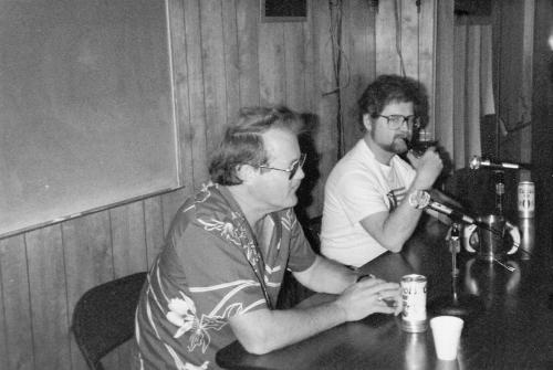 """Forfatterne anno 1981 - Jerry Eugene Pournelle (født 7. august 1933) i forgrunden og Laurence """"Larry"""" van Cott Niven (født 30. april 1938) bagerst."""